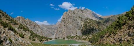 Scenisk panorama för kristallsjö i fanberg i Pamir, Tadzjikistan fotografering för bildbyråer