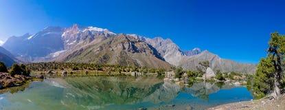 Scenisk panorama för kristallsjö i fanberg i Pamir, Tadzjikistan arkivbilder