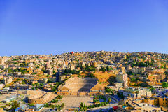Scenisk panoramautsikt av den östliga gamla staden och den forntida Roman Theatre i Amman, Jordanien Arkivbild