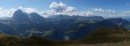 Scenisk panoramautsikt av fjällängar och dolomiteberg Arkivfoto