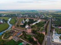 Scenisk panoramautsikt av Suzdal, Ryssland Kloster för St Euthymius på den lilla floden Suzdal är en berömd turist arkivbilder