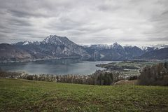Scenisk panoramautsikt på Traunsee sjön med Alp Mountains royaltyfria foton