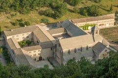 Scenisk Senanque abbotskloster och blommande lavendelfält i den Provence regionen av Frankrike Arkivfoton