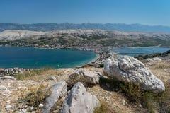 Scenisk sikt av ön av Pag och den omgeende legunaen i Kroatien royaltyfria bilder