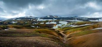 Scenisk sikt av att ånga aria av geysers och vulkaniska sander nära Landmannalaugar i Island Royaltyfri Fotografi