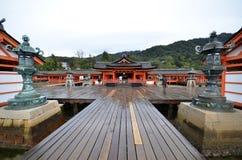 Scenisk sikt av att sväva den Itsukushima relikskrin Royaltyfria Bilder