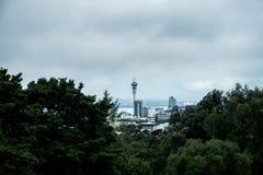 Scenisk sikt av Auckland horisont i kalla signaler, Nya Zeeland Royaltyfria Foton