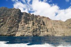 Scenisk sikt av berömda klippor Los Gigantes, i Tenerife, kanariefågelöar, Spanien Arkivfoton