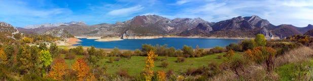 Scenisk sikt av berg och skogar av Asturia spain Royaltyfri Foto