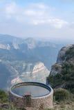 Scenisk sikt av berget nära kloster av Montserrat intelligens Arkivbilder