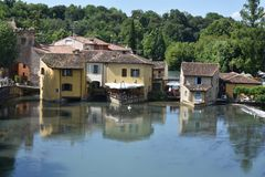 Scenisk sikt av Borghetto sul Mincio royaltyfria foton
