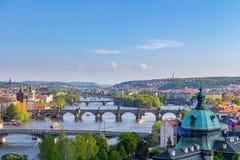 Scenisk sikt av broar på den Vltava floden och av den historiska mitten av Prague Arkivfoto