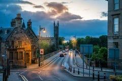 Scenisk sikt av dekanbron i Edinburg på skymning scotland arkivfoton