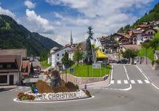 Scenisk sikt av den alpina byn i Dolomites Fotografering för Bildbyråer