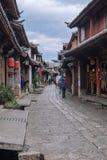 Scenisk sikt av den gamla staden av Lijiang med handelsresande Fotografering för Bildbyråer