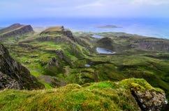 Scenisk sikt av den gröna Quiraing kustlinjen i skotska högländer Fotografering för Bildbyråer