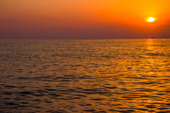 Scenisk sikt av den härliga solnedgången ovanför havet Fotografering för Bildbyråer