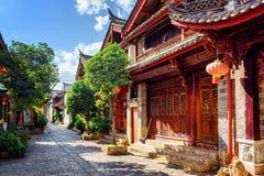 Scenisk sikt av den hemtrevliga gatan i den gamla staden av Lijiang Arkivbild