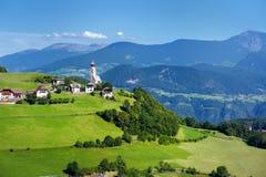 Scenisk sikt av den lilla alpina byn som lokaliseras i södra Tyrol, Renon-/Rittenregion, Italien Royaltyfria Bilder