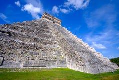 Scenisk sikt av den Mayan pyramiden Castillo i Chichen Itza Fotografering för Bildbyråer