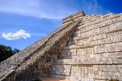 Scenisk sikt av den Mayan pyramiden El Castillo i Chichen Itza Royaltyfria Foton