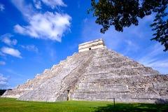 Scenisk sikt av den Mayan pyramiden El Castillo i Chichen Itza Royaltyfri Bild