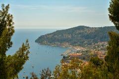 Scenisk sikt av den medelhavs- kustlinjen Royaltyfria Foton