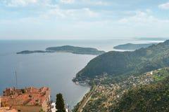 Scenisk sikt av den medelhavs- kustlinjen Arkivbild