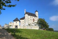 Scenisk sikt av den medeltida slotten i den Bobolice byn poland Arkivfoton