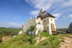 Scenisk sikt av den medeltida slotten i den Bobolice byn poland Royaltyfri Fotografi