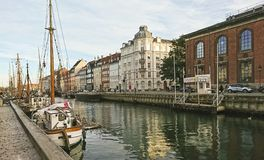 Scenisk sikt av den Nyhavn pir med kulöra byggnader, skepp, yachter och andra fartyg i den gamla staden royaltyfria bilder