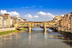 Scenisk sikt av den Ponte Vecchio bron i Florence royaltyfri bild