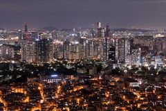 Scenisk sikt av den Seoul staden på natten, Sydkorea arkivbild