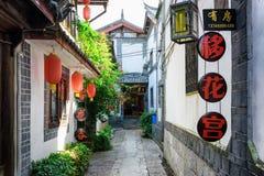 Scenisk sikt av den smala gatan i den gamla staden av Lijiang Fotografering för Bildbyråer