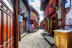Scenisk sikt av den smala gatan i den gamla staden av Lijiang, Kina Arkivbilder