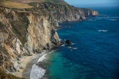 Scenisk sikt av den Stillahavs- huvudvägen 1 för Kalifornien kustlinje Royaltyfri Bild