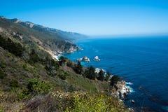 Scenisk sikt av den Stillahavs- huvudvägen 1 för Kalifornien kustlinje Arkivfoto