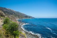 Scenisk sikt av den Stillahavs- huvudvägen 1 för Kalifornien kustlinje Arkivbild