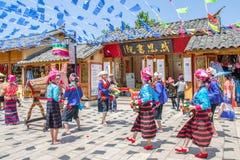 Scenisk sikt av den traditionella kapaciteten av lokalt folk i den Yunnan nationalitetbyn som lokaliseras på Kunming, Kina Royaltyfria Bilder