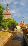 Scenisk sikt av den Vltava floden och slotten och kyrkliga torn för St Jost i Cesky Krumlov, Tjeckien arkivfoto