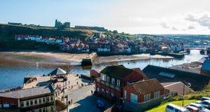 Scenisk sikt av den Whitby staden och abbotskloster i solig höstdag Fotografering för Bildbyråer