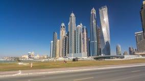 Scenisk sikt av Dubai Marina Skyscrapers med fartygtimelapsehyperlapse, horisont, sikt från havet, Förenade Arabemiraten lager videofilmer