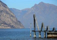 Scenisk sikt av en alpin sjö royaltyfria foton