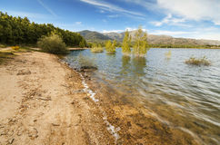 Scenisk sikt av en stillsam sjö i den Navacerrada byn, Madrid, Spanien Arkivfoton