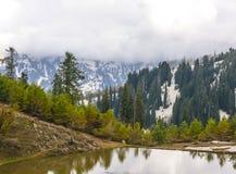 Scenisk sikt av ett Siri Paye damm i Kaghan Valley, Pakistan Royaltyfria Bilder