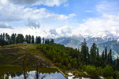 Scenisk sikt av ett Siri Paye damm i Kaghan Valley, Pakistan Royaltyfri Bild