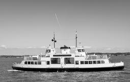Scenisk sikt av ett Sunlines fartyg i svartvitt i den HelsinkiScenic sikten av ett Sunlines fartyg i svartvitt i Helsingfors Royaltyfri Bild