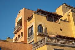 Scenisk sikt av fasaden av den hotellEuropa villan Cortes i Las Americas, Tenerife, kanariefågelö, Spanien Royaltyfri Fotografi