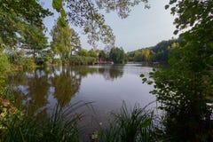 Scenisk sikt av floden från kusten med en härlig natur, en plattform med en markis för turister mot blåtten Royaltyfria Foton