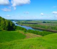 Scenisk sikt av floden med berg Pojalovat Gorokhovets Royaltyfria Foton